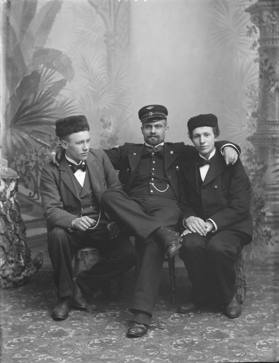 Gruppebilde, Hagen, Haugen og Hj. Kristiansen i jernbaneuniform.