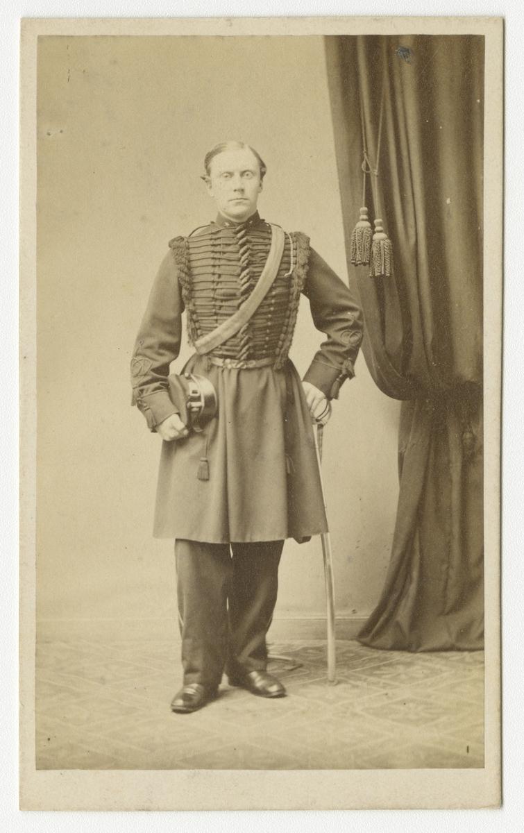 Porträtt av Carl Didric von Essen, underlöjtnant vid Skånska dragonregementet K 6.  Se även bild AMA.0021709.