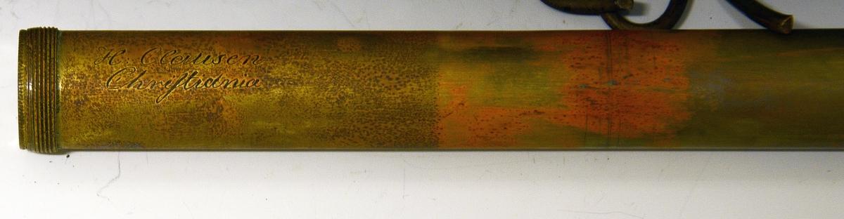 Stokk med kikkert. Fra protokollen: En stok hvori kikkert og et kort spyd. Til at skrue i flere deler. Kikkerten i den tykkere øvre ende, hvor glasset dækkes med en dreiet benkule. Kikkerten taes ut av den øvre delen av stokken, stokkens to deler skrues sammen.