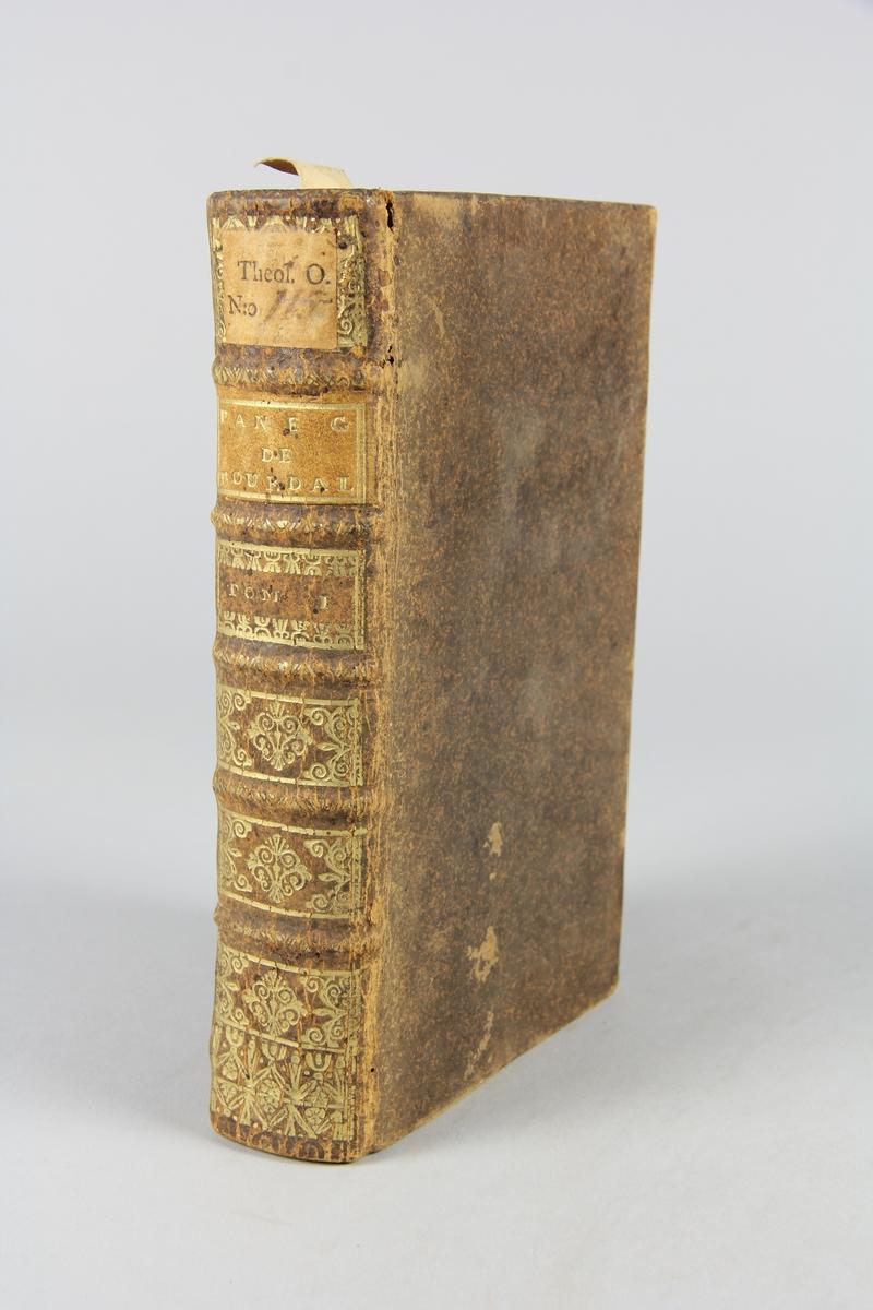 """Bok, helfranskt band, """"Sermons du Pere Bourdalouë"""" del 1, tryckt i Paris 1712. Skinnband med guldpräglad rygg med fem upphöjda bind. Titelfält med blindpressad titel och fält med volymens nummer, rödstänkt snitt. Etikett med samlingsnumret. Anteckning om inköp."""