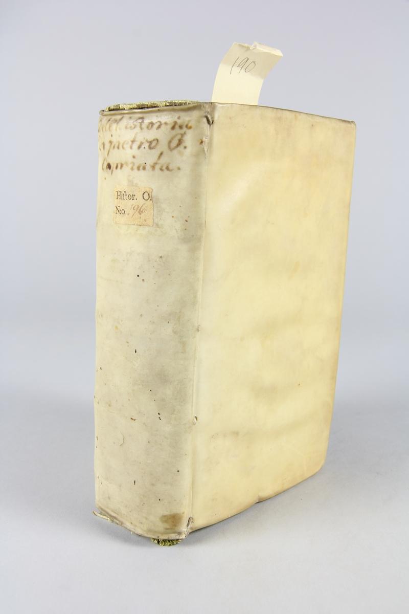"""Bok, pergamentband, """"Dell'historia di Pietro Giovanni Capriata"""",  tryckt i Geneve 1639. På ryggen bokens titel med bläck samt etikett med samlingsnumret. Anteckning om inköp."""