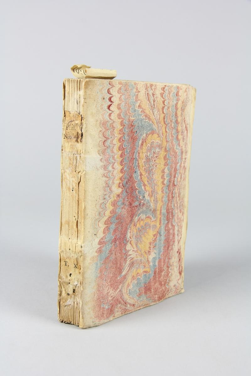 """Bok, häftad, """"Biblioteque raisonée des ouvrages des savans de l´Europe"""",  del 10:1, tryckt 1733 i Amsterdam. Pärmar av marmorerat papper, blekt rygg med påklistrade etikett med samlingsnummer. Oskuret snitt, ej uppskuren."""