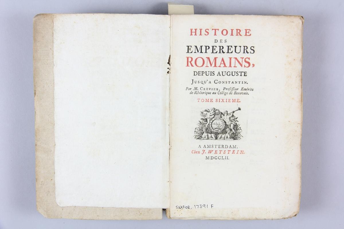 """Bok, pappband, """"Histoire des empereurs Romains depuis Auguste jusqu'à Constantin"""", del 6, skriven av Crevier, tryckt i Amsterdam 1752. Pärmarna klädda med gråblått papper, oskurna snitt. På ryggen titel och samlingsnummer."""