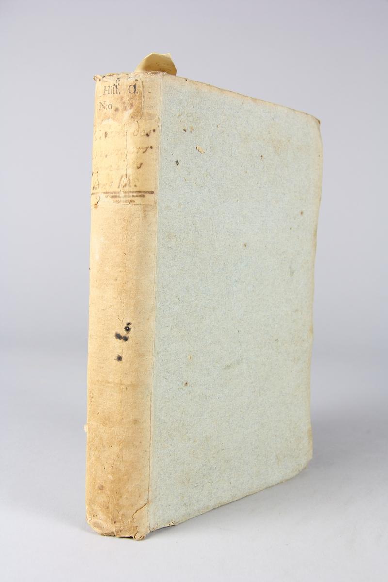 """Bok, pappband, """"Histoire des empereurs Romains depuis Auguste jusqu'à Constantin"""", del 9, skriven av Crévier, tryckt i Amsterdam 1754. Pärmarna av gråblått papper, oskurna snitt. På ryggen titel och samlingsnummer."""