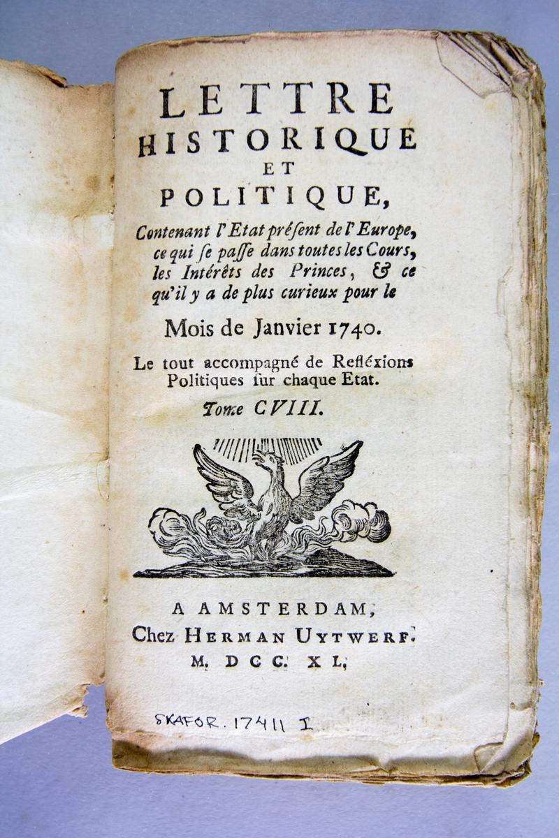 """Bok, häftad, """"Lettre historique et politique"""", del 108, tryckt 1741 i Amsterdam. Pärmar av marmorerat papper, blekt rygg med påklistrade etiketter med titel och samlingsnummer. Oskuret snitt."""