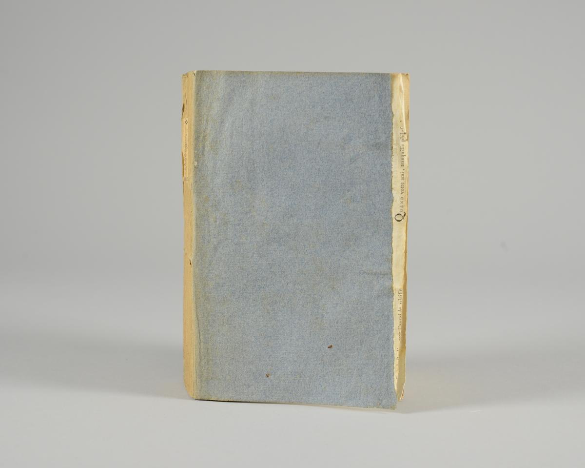 """Bok, pappband,""""Oeuvres completes de Voltaire"""", del 31 """"Philosophie de Newton"""", tryckt 1785. Pärmen klädd med gråblått papper, på pärmarnas insidor klistrade sior ur annan bok. Med skurna snitt. På ryggen klistrad pappersetikett med tryckt text samt volymens nummer. Ryggen blekt. Med planscher."""
