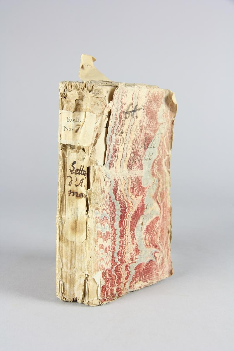 """Biok, pappband """"Lettres d´amour d´une religieuse portugaise"""". Marmorerade pärmar, blekt skadad rygg med etiketter med bokens titel och samlingsnummer.  Oskuret snitt. Anteckning om  förvärv,"""