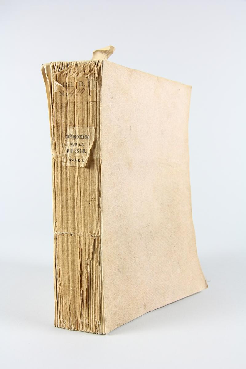 """Bok, häftad """"Mémoires secrets sur la Russie"""", del 1, utgiven 1800 i Paris. Pärmen av ljusbrunt papper, blekt rygg. Med skurna snitt. På ryggen tryckt etikett med titel och samlingsnummer."""