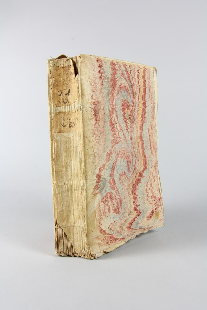 """Bok, häftad, """"La Lusiade de Camoens"""", del 1, tryckt 1735 i Paris. Pärm av marmorerat papper, oskuret snitt.  Blekt rygg med  pappersetikett med volymens titel och samlingsnummer. Illustrationer i koppartryck."""