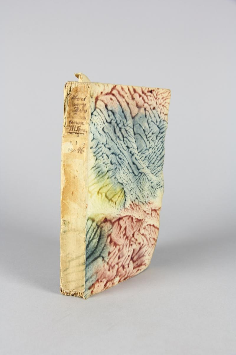 """Bok, häftad,""""Lettres et mémoires de madame de Maintenon"""", del 2. Pärmar av marmorerat papper, oskuret snitt. Etikett med titel och samlingsnummer på ryggen."""