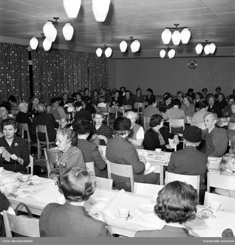 Kvinnoklubben har sammankomst på St. Olofsskolan.