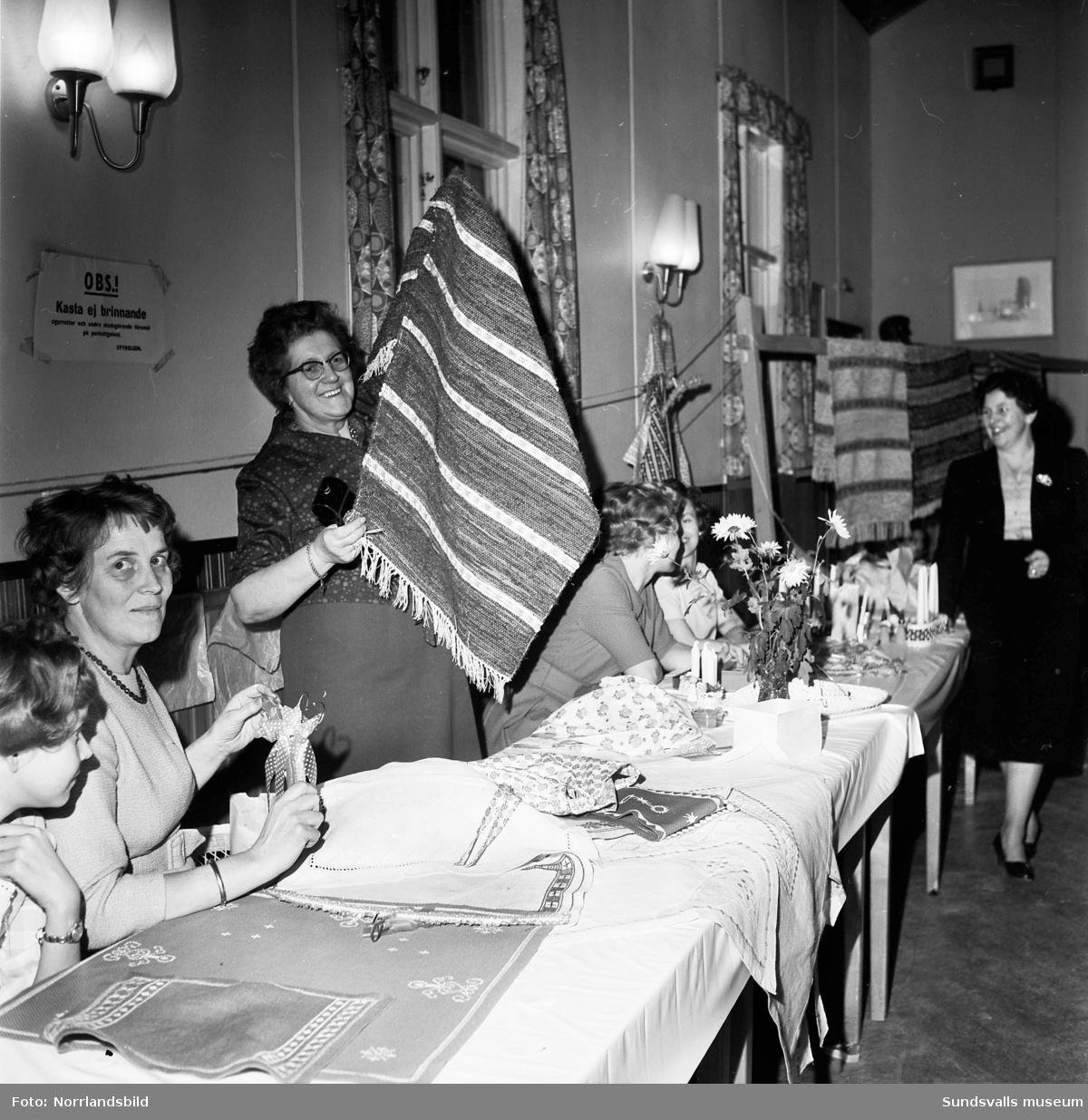 Selångers kvinnoklubb säljer handarbeten på julmässa i Bergsåkers  Folkets hus.