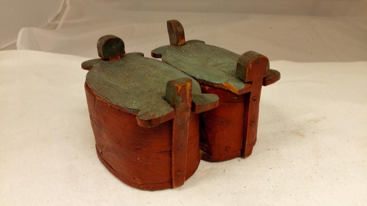 """Form: """"Tvillingtiner"""" m/lok og felles botn. Gjevaren opplyser å ha fått tinene av """"Vetle Solveig"""" på garden Skakk på Leikanger."""