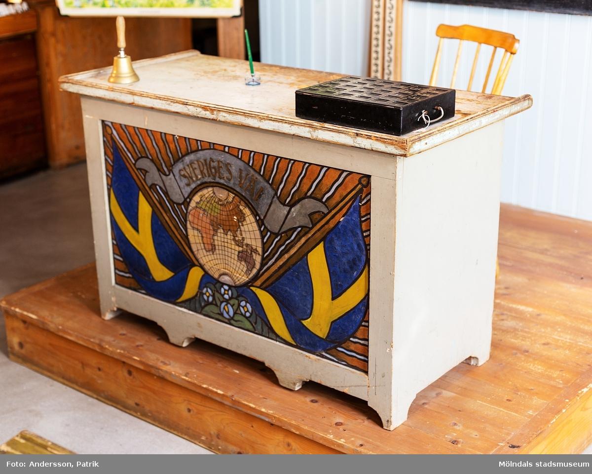 """Med nationalromantisk målning på framsidan, med texten """"Sveriges väl""""."""