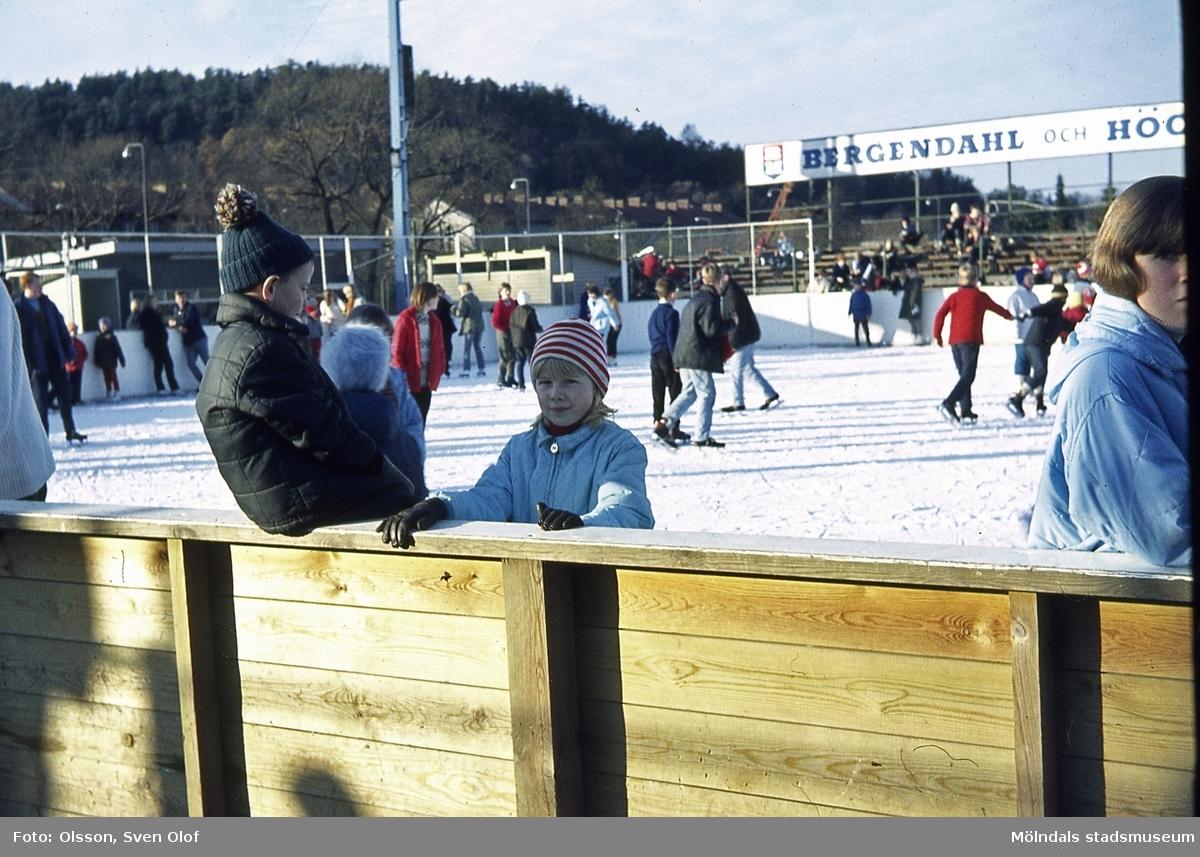 Isbanan vid Ågatan i Trädgården, Mölndal, år 1966. Pojken som sitter på planket är Bengt Olsson, född 1959.