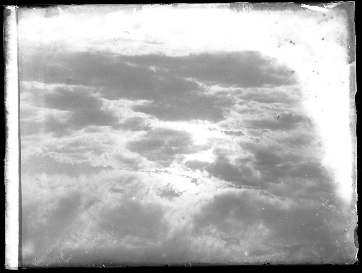 Solen går i moln.