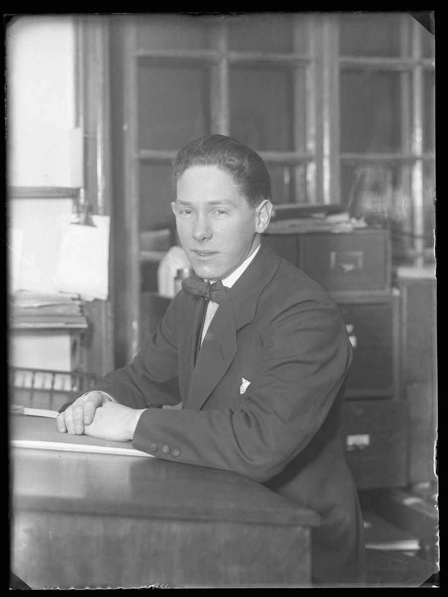 Carl Oscar Johansson porträtterad vid ett skrivbord på ett kontor.