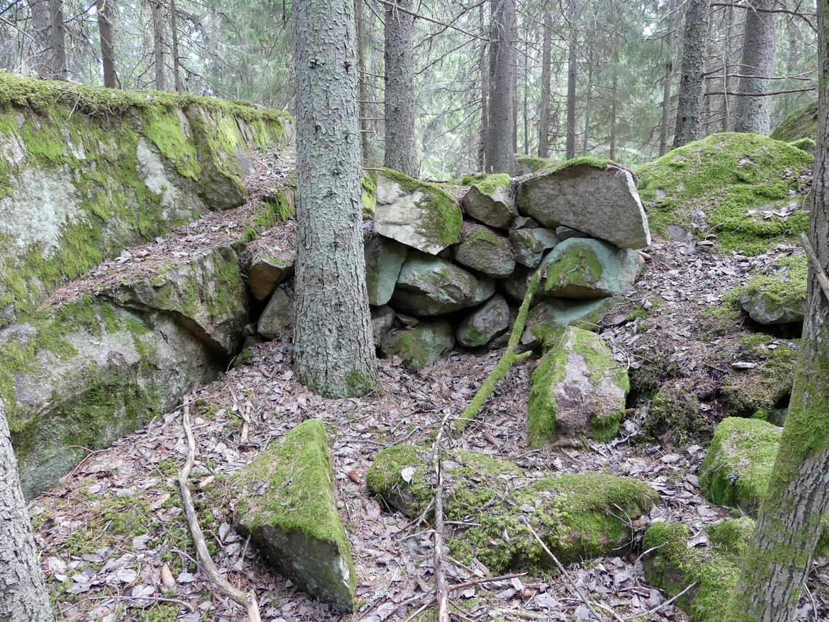 Arkeologisk utredning, kallmur i stenbrott, objekt 9, Fullerö, Uppsala socken, Uppland 2018