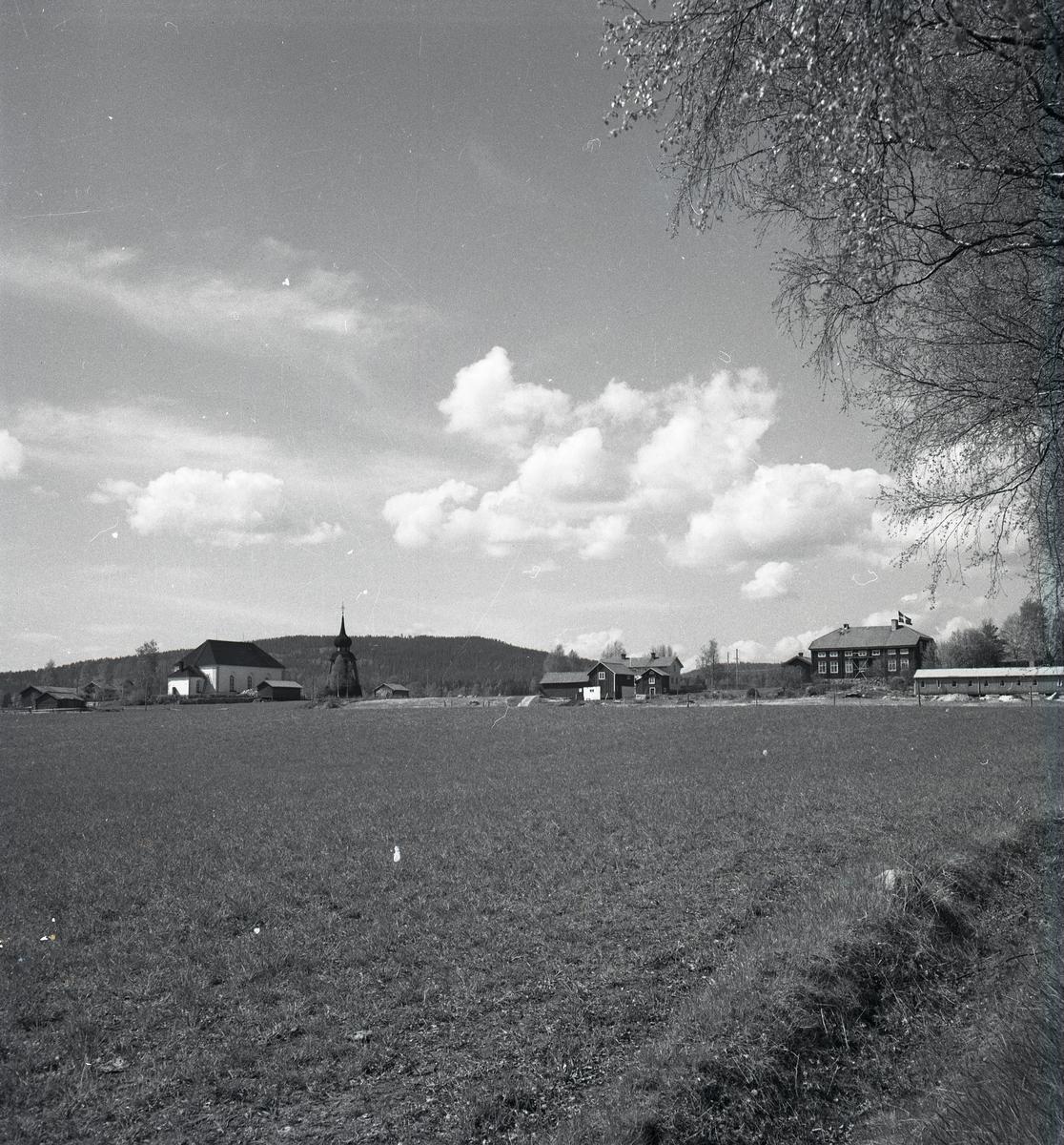 Undersviks kyrka med klocktorn bortom ett fält.