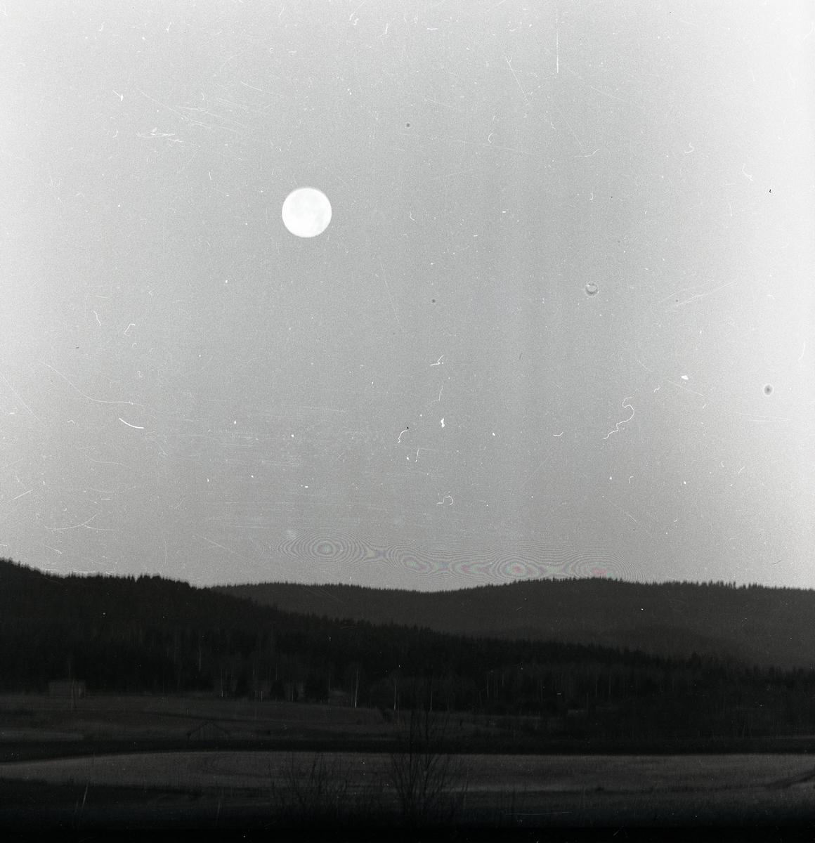 Fullmånen lyser på himlen den 17 december 1956.