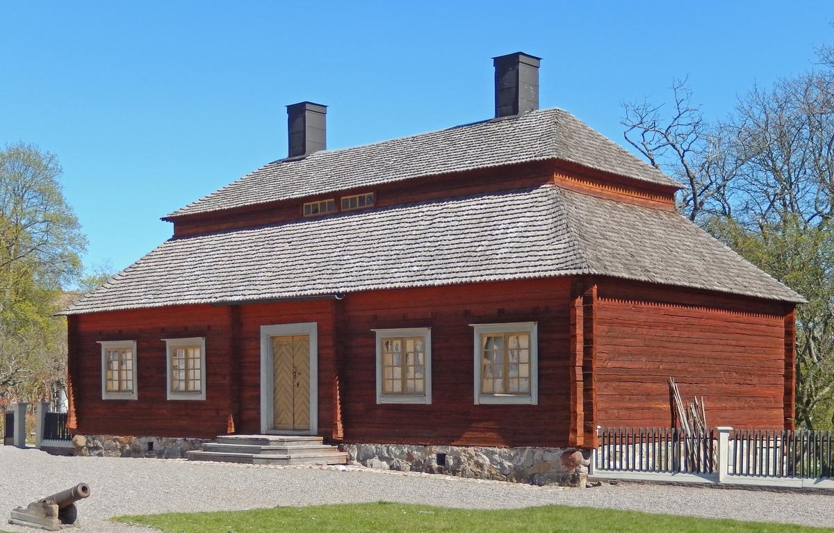 Köksflygeln på Skogaholms herrgård är timrad i en våning med säteritak klätt med spån. Byggnaden har två skorstenar klädda med svartmålad plåt.   Köksflygeln flyttades till Skansen 1936 från Gullaskruvs herrgård, Hälleberga socken, Småland.