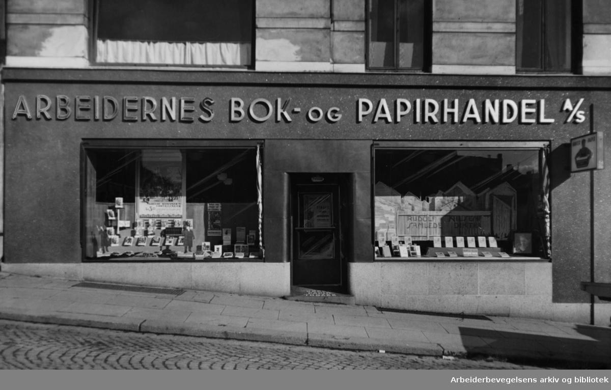 Arbeidernes Bok og Papirhandel a.s. i det gamle Folkets Hus. Juli 1959