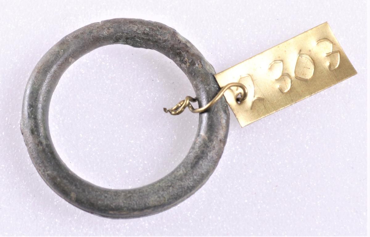 Ring av bronse fra yngre romersk jernalder. Funnet i en kvinnegrav på Vestby under Evang i 1885.