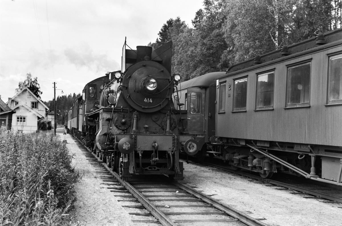 Kryssing på Barkald stasjon mellom dagtoget fra Oslo Ø til Trondheim over Røros, tog 301 og dagtoget fra Trondheim til Oslo Ø., tog 302. I tog 302 damplok type 26c nr. 414.