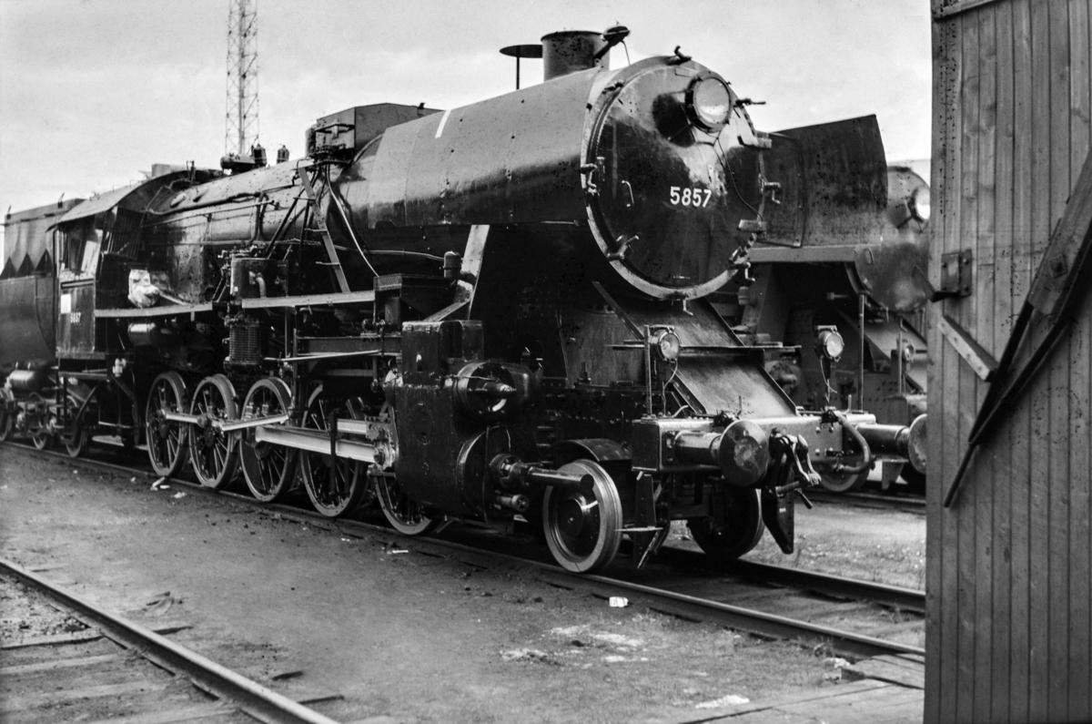 Nyrevidert damplokomotiv type 63a nr. 5857 på Marienborg.