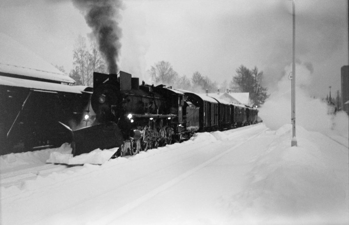 Dagtoget fra Oslo Ø til Trondheim, tog 301, på Koppang stasjon. Toget trekkes av damplok type 26a nr. 215.