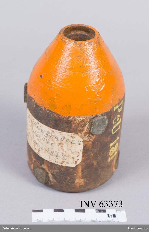 """Grupp F II. 10 cm fylld och förkappad brandgranat m/1868. Tappförsedd, orangemålad överdel samt ogängat brandrörshål. 10 cm (3""""24) brandgr t frlkan m/1864 ?"""
