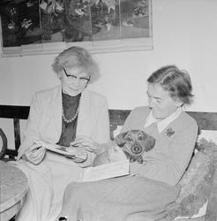 Ruth Svensson och Toni Schmid med föremål från tidigare resa
