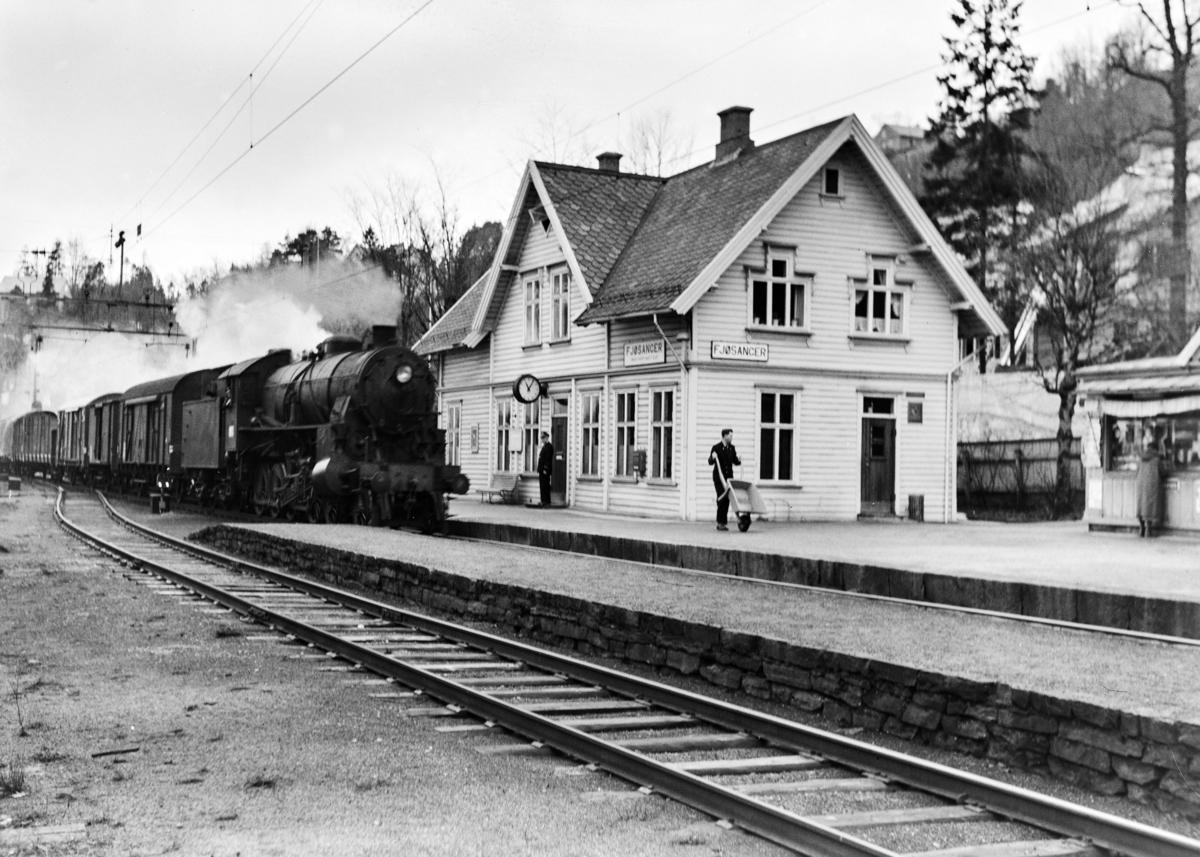 Damplokomotiv type 31b nr. 400 med godstog 5500 til Oslo passerer Fjøsanger stasjon.