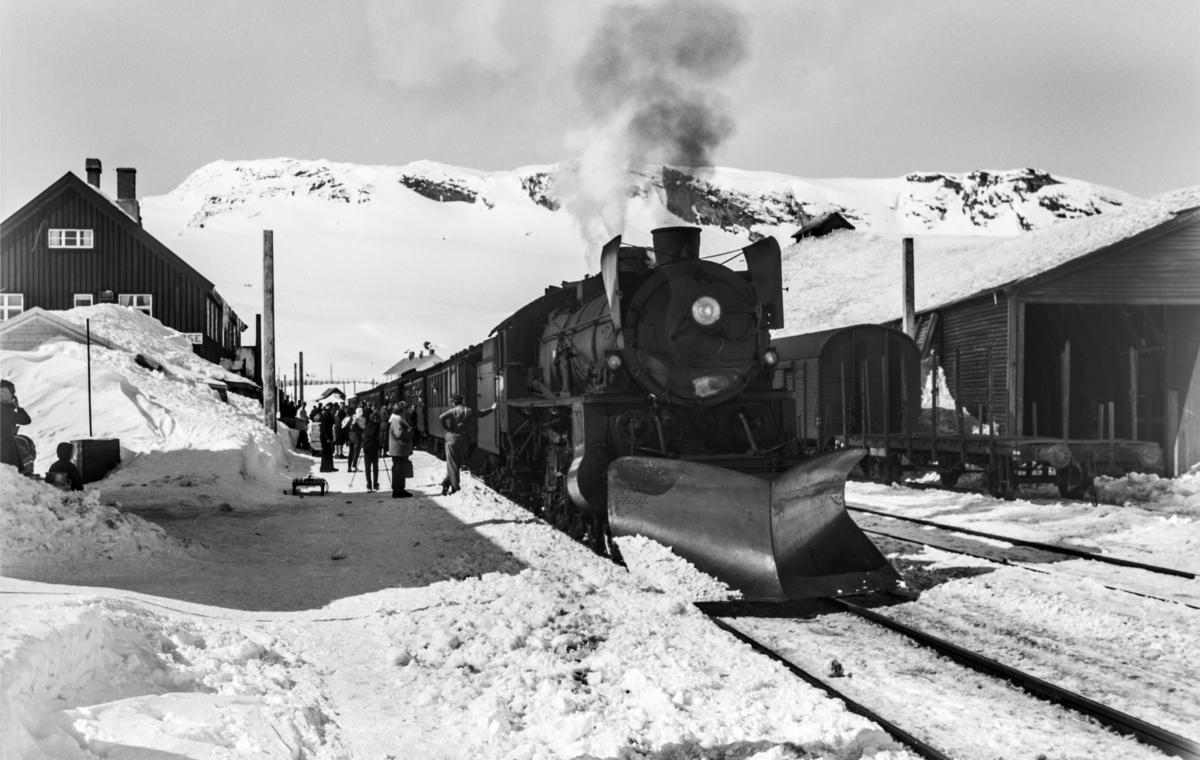 Ekstratog i forbindelse med påskeutfarten, tog 7654, på Finse stasjon. Toget trekkes av damplokomotiv type 31b nr. 418.