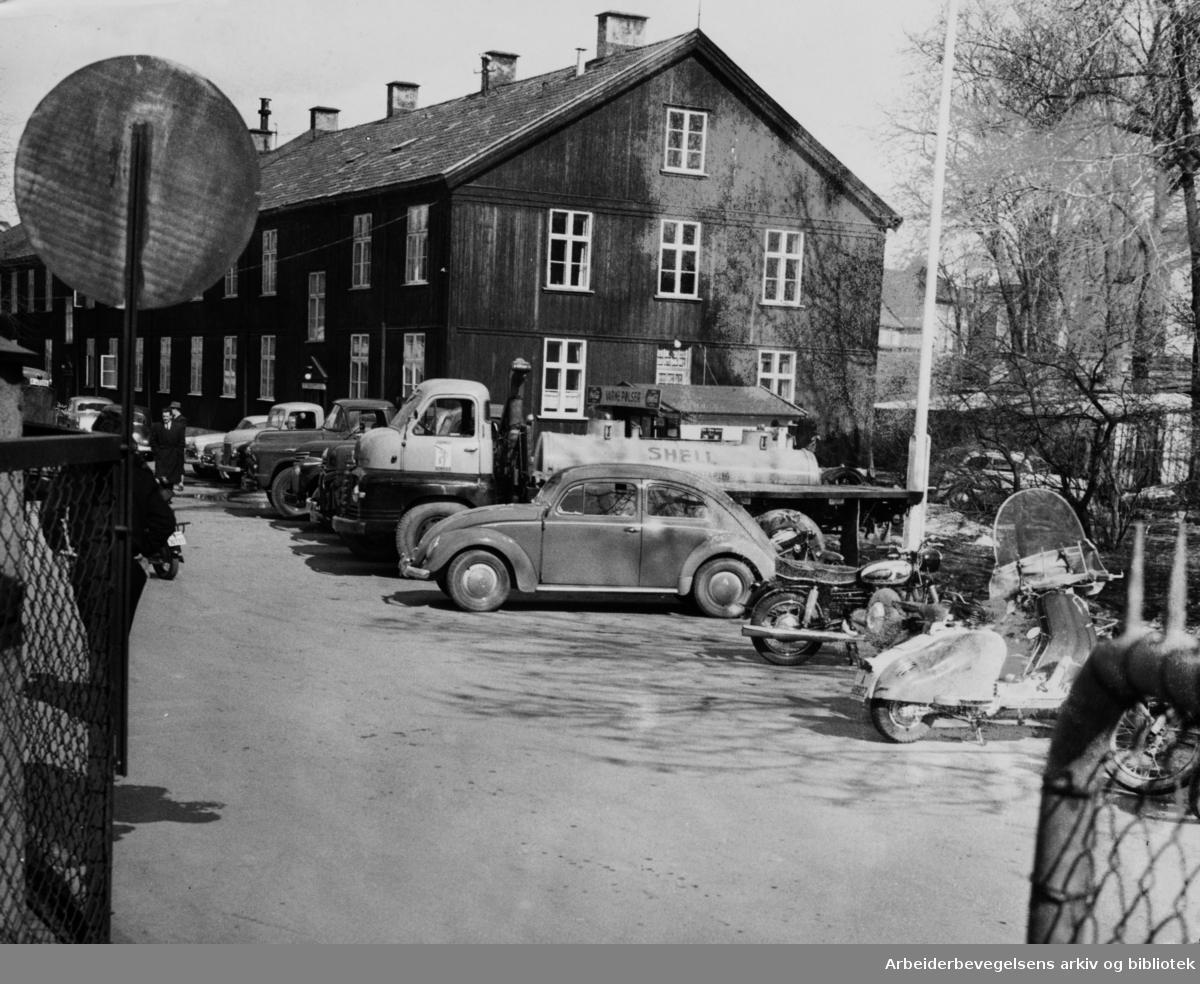 Biltilsynet. Statens bilsakkyndige på Adamstuen. April 1958