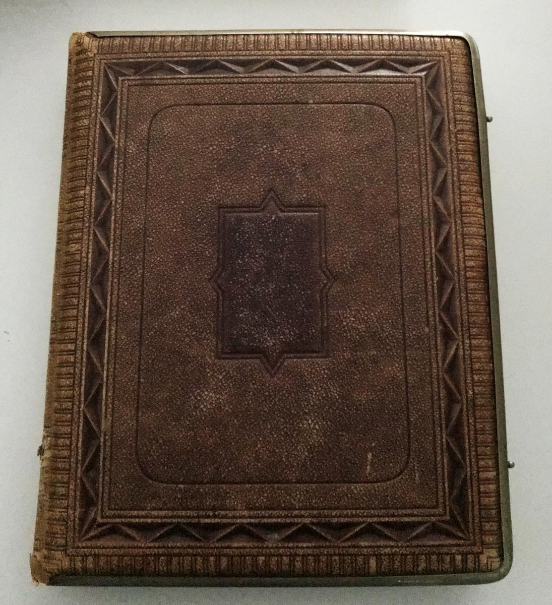 Fotoalbum innehållande porträtt från 1860-70-talen föreställande officerare vid huvudsakligen Västgöta regemente.