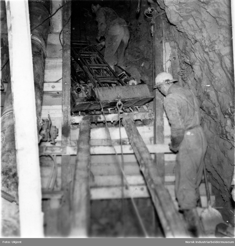 Arbeidslag inne i tunellen under bygging av Gaustabanen.