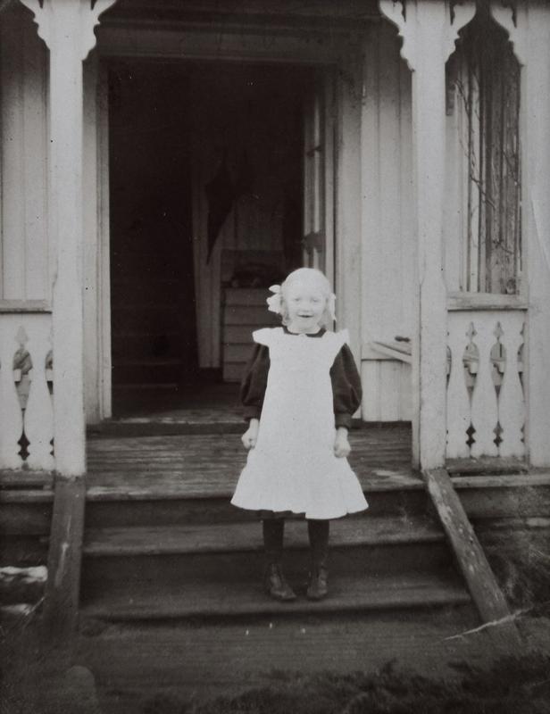 Lille Anne på trappen utenfor den første bestyrerboligena i 1908.