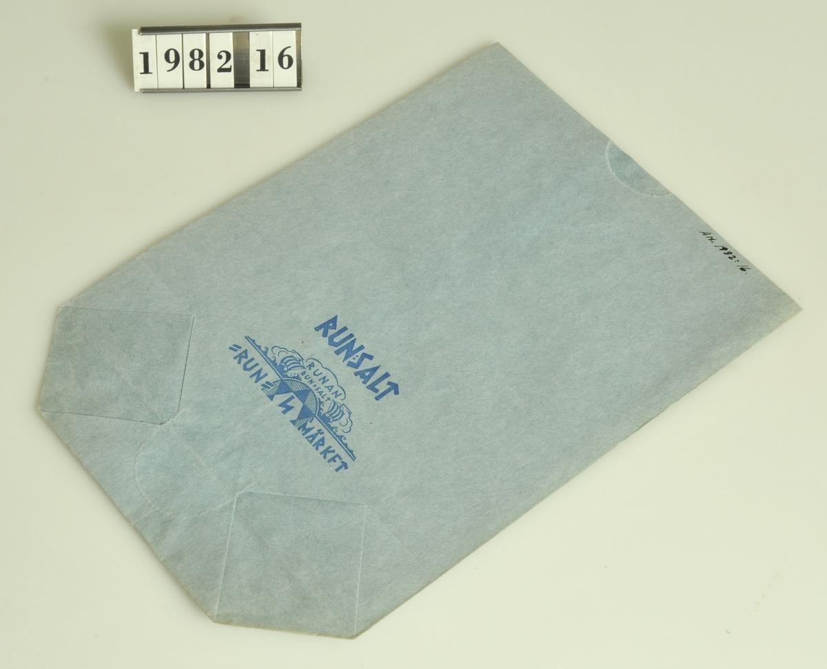 """Av blått papper med text i blått tryck: """"RUN:SALT Run-Märket""""  Storlek: 13,5 x 21,5 cm."""
