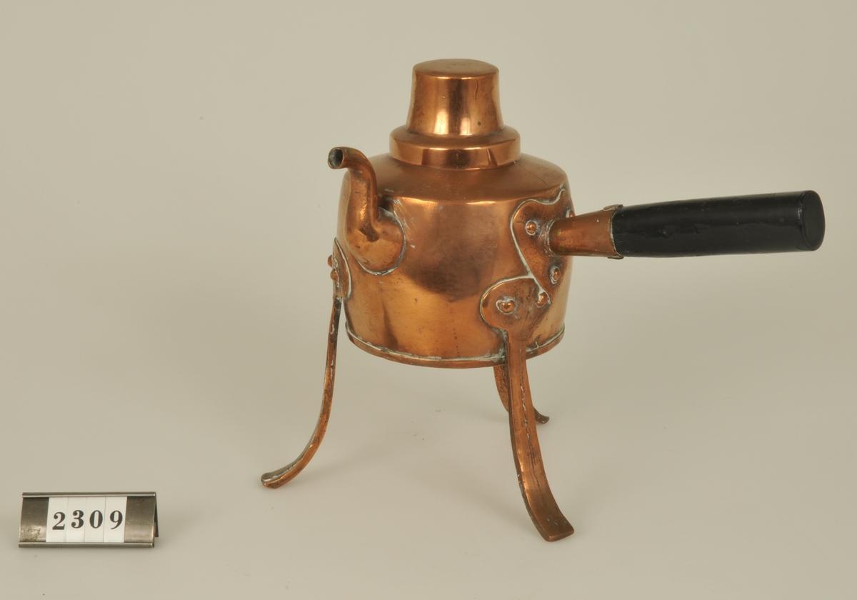 Koppar kittel på tre ben och med handtag. Kitteln är till för att värma vatten till rakning och det vända locket är avsett för rakborsten. Tillverkad av en guldsmed som gjort den som bröllopsgåva till givarens far.