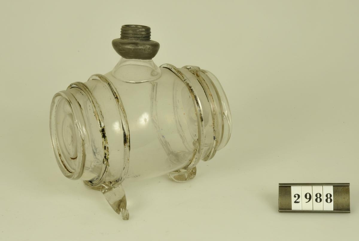 Av pressat glas i form av tunna.