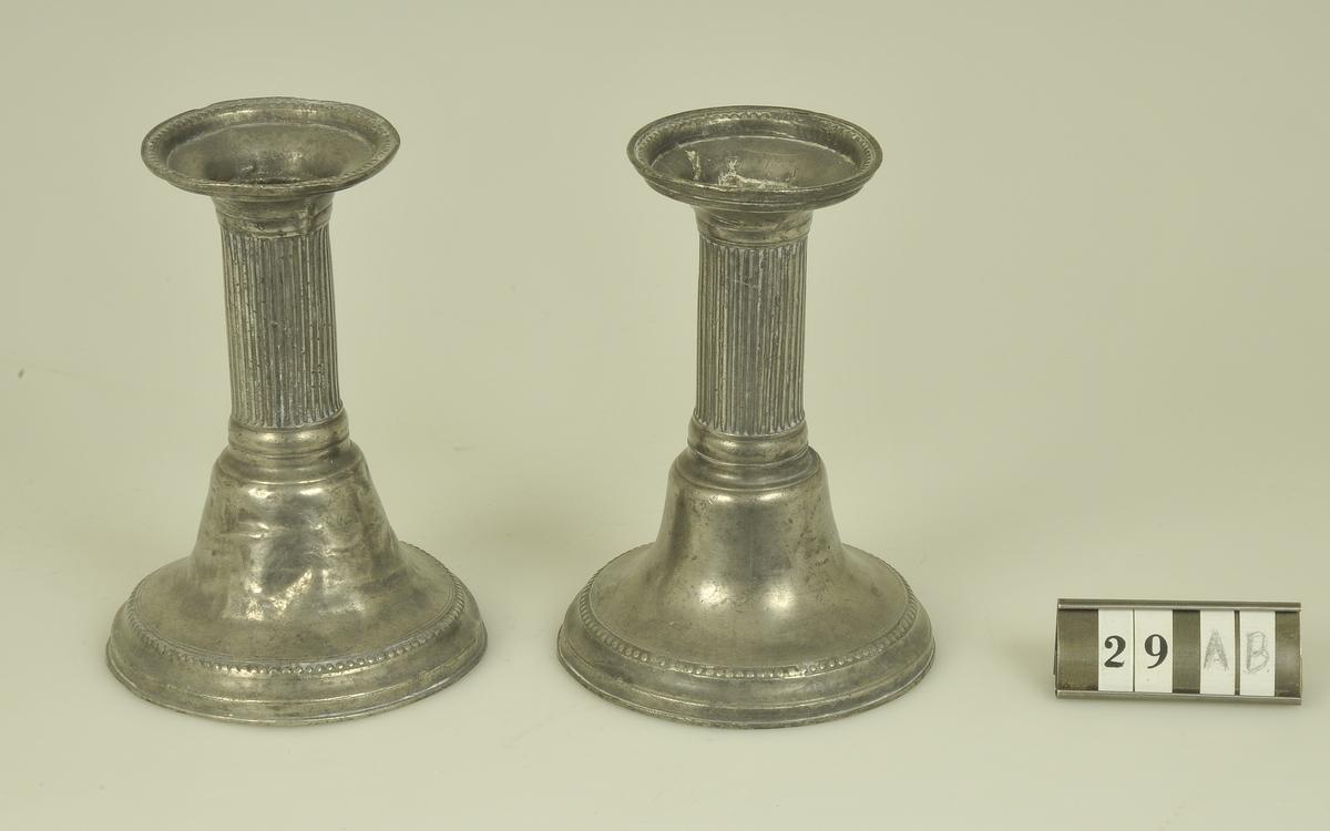 Rund fot med pärlstav.  Räfflad kolonn.  Mästarstämpel: ASs Årsstämpel: P4 = 1845  Modell/Fabrikat/typ: Nygustaviansk