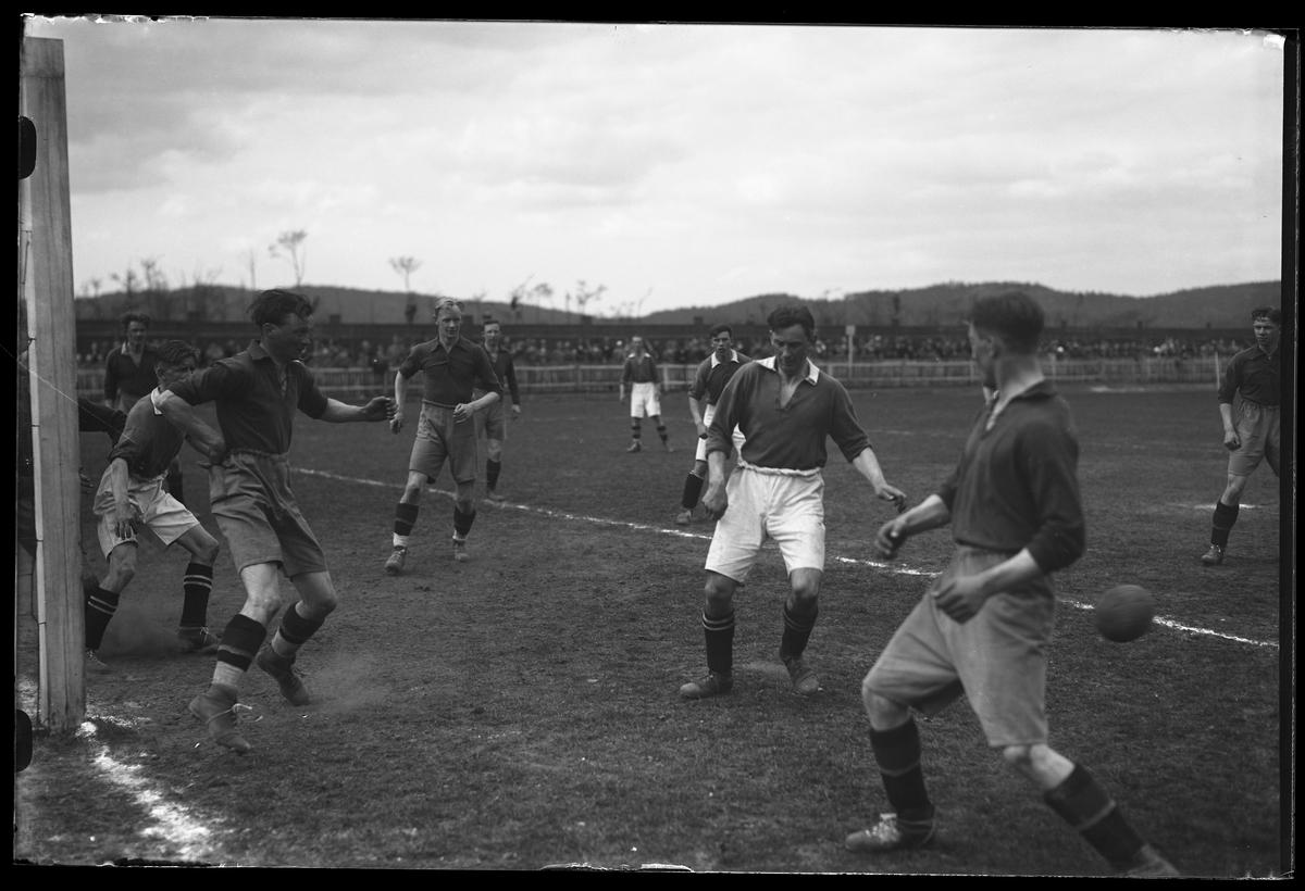 Situationsbild från en fotbollsmatch.