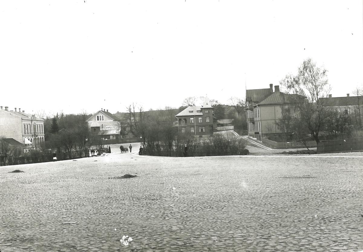 Foto från Stora Torget mot Lilla Toget i söder. Gamla sparbankshuset syns längst till vänster. Alströmerska magasinet och Engblads fotoateljé i bildens mitt. Till höger Roempkes fastighet (tornvillan, byggd 1901 och riven 1936) och kvarteret Pelikanen.