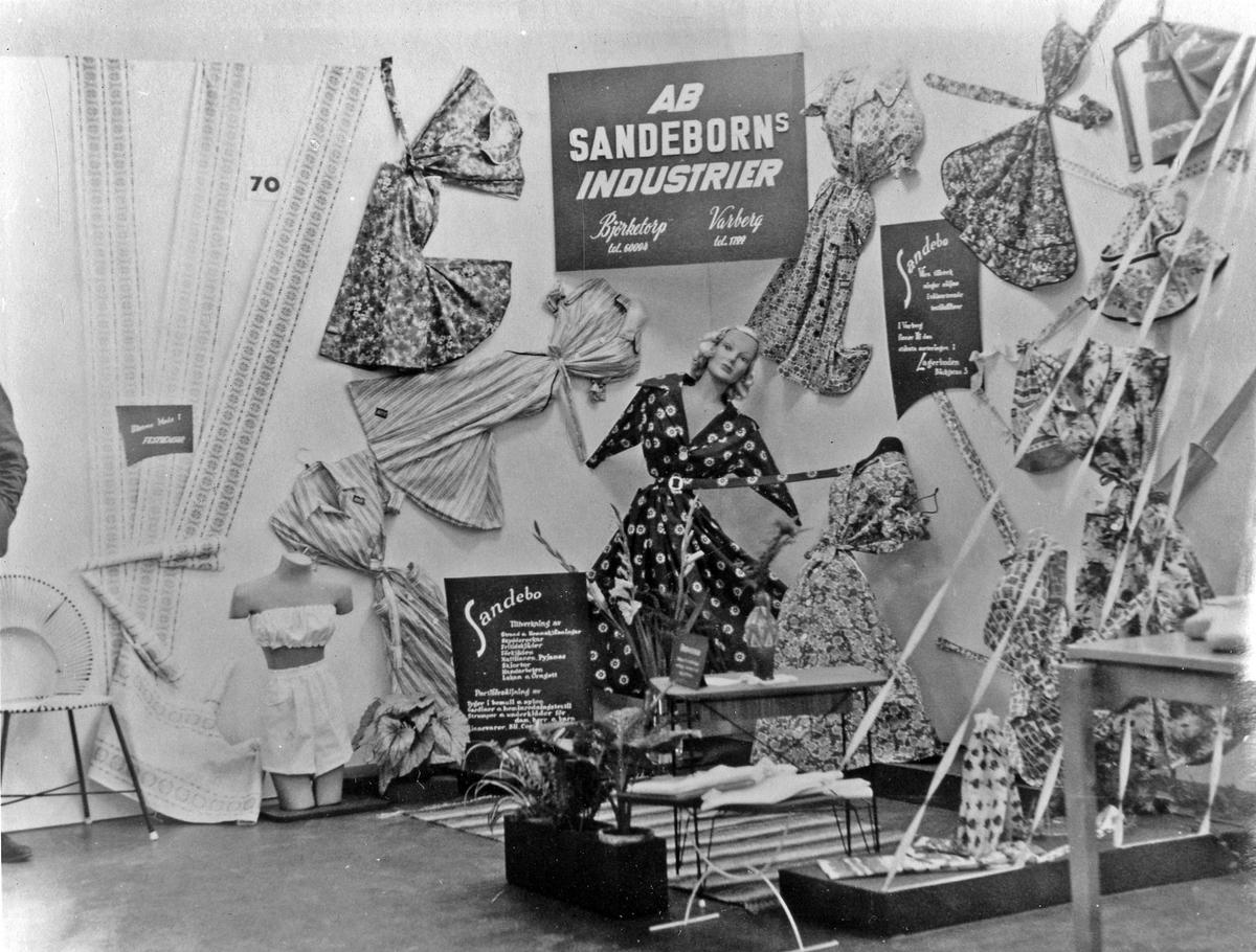 Skyltning med skyltdockor och klänningar från postorderföretaget AB Sandeborns Industrier, Björketorp, Marks kommun.