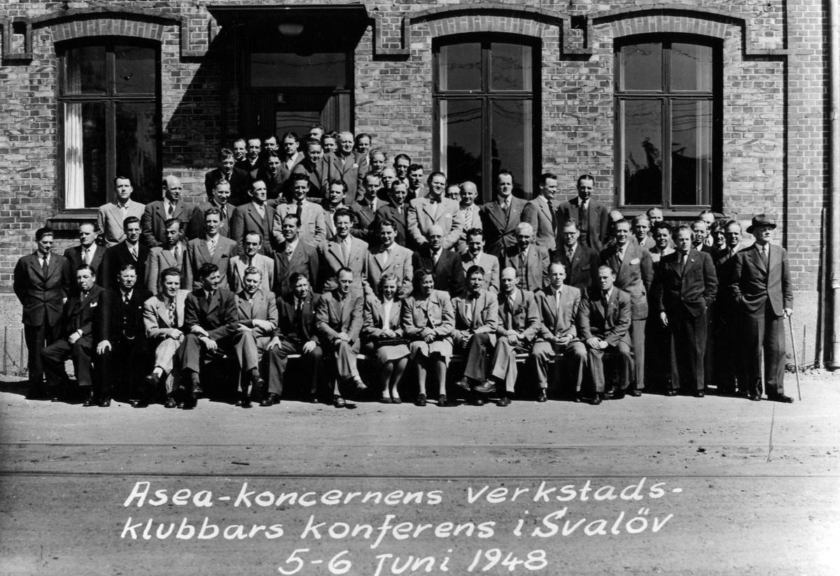 Ett 70-tal män samt 2 stycken kvinnor i en gruppbild på ASEA-koncernens konferens för verkstadsklubbar i Svalöv 5-6 juni 1948. Bland deltagarna finns Folke Augustsson från avdelning 206 i Alingsås.