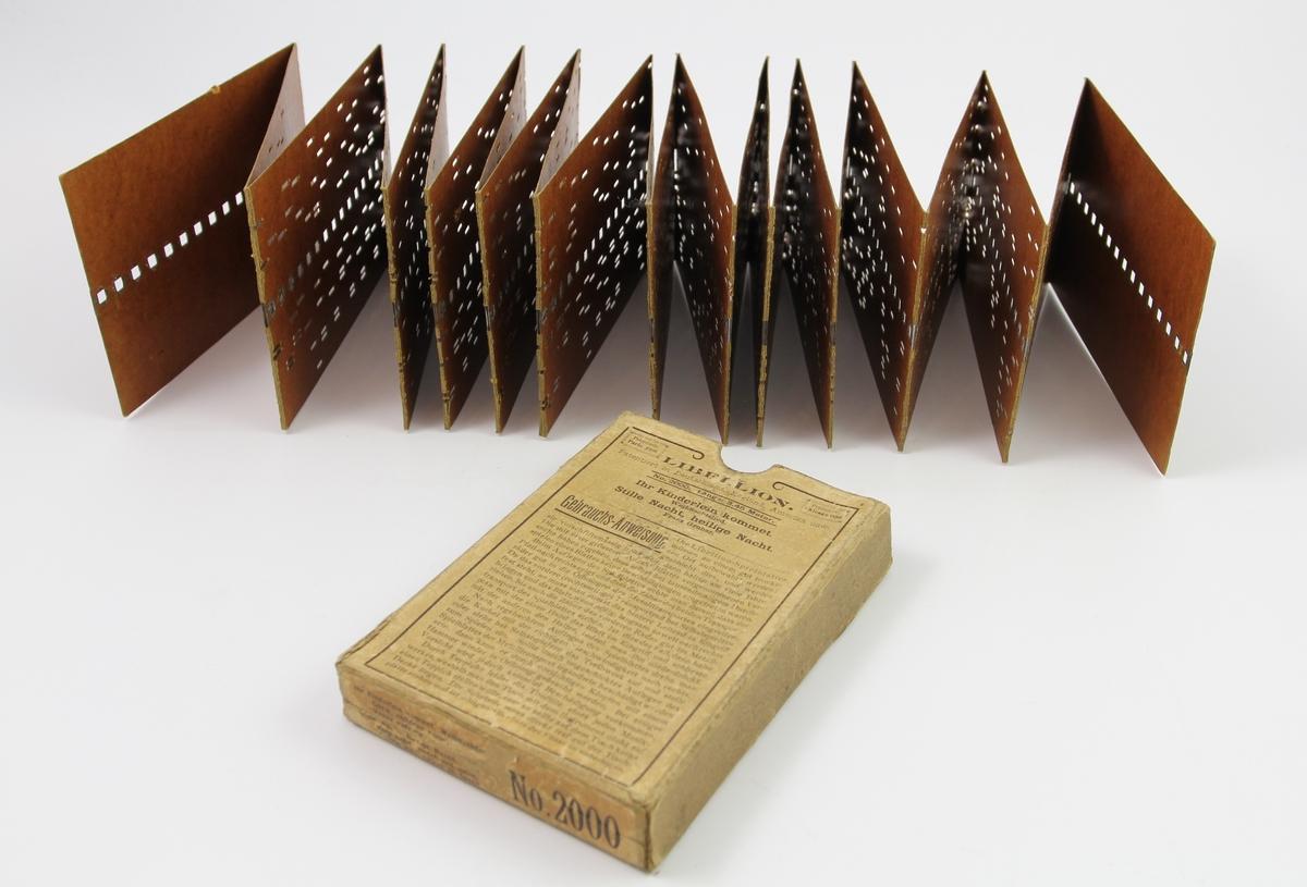0ebe0f3f Spilledåseplate av papp. Rektangulære kort med hull sammensatt til en flere  meter lang remse. leiebil italia billig Photo: Vest-Agder-museet