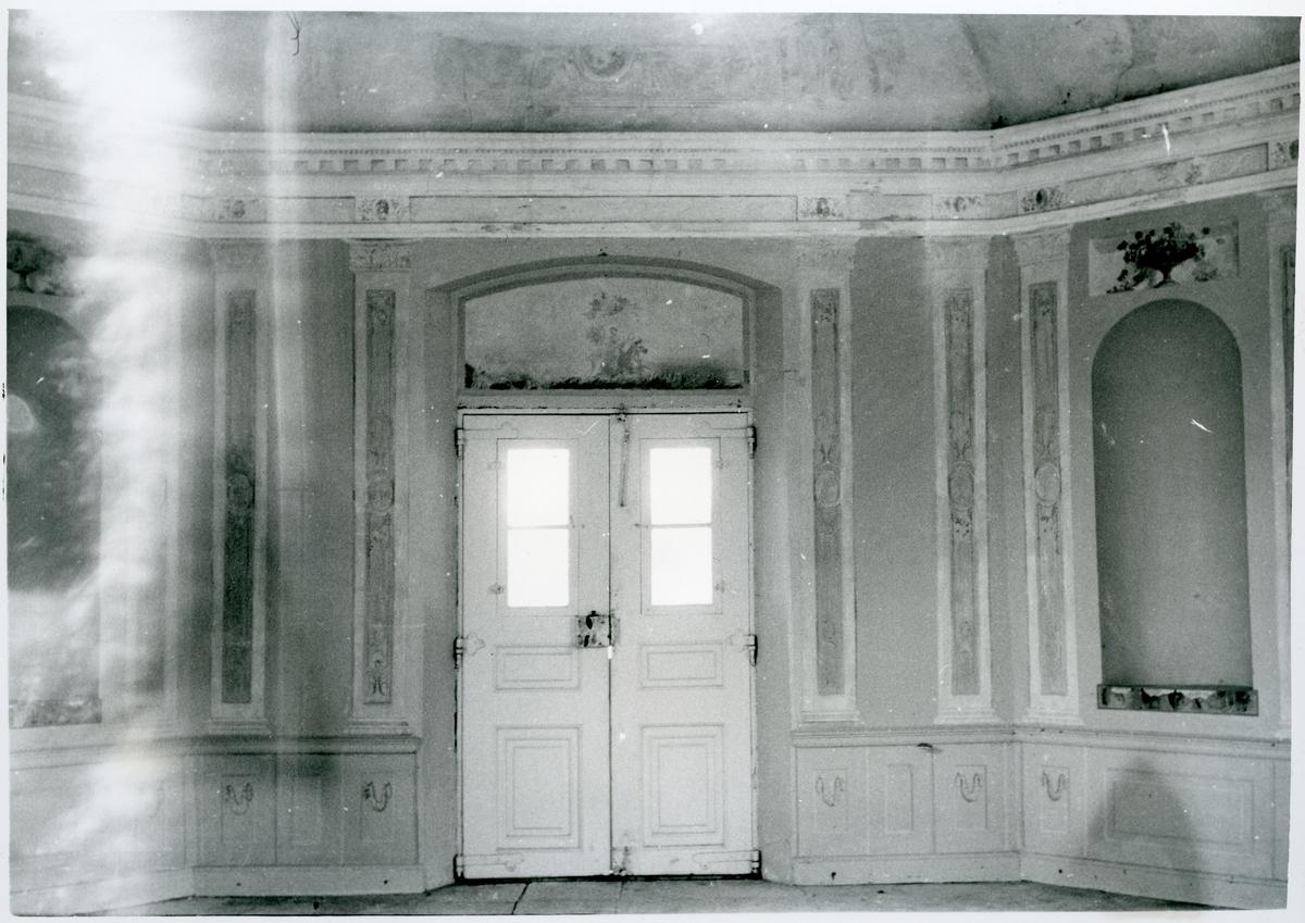 Gunnilbo sn, Färna herrgård.  Interiör av lusthuset vid Färna herrgård, de utsmyckade väggarna med dörr.