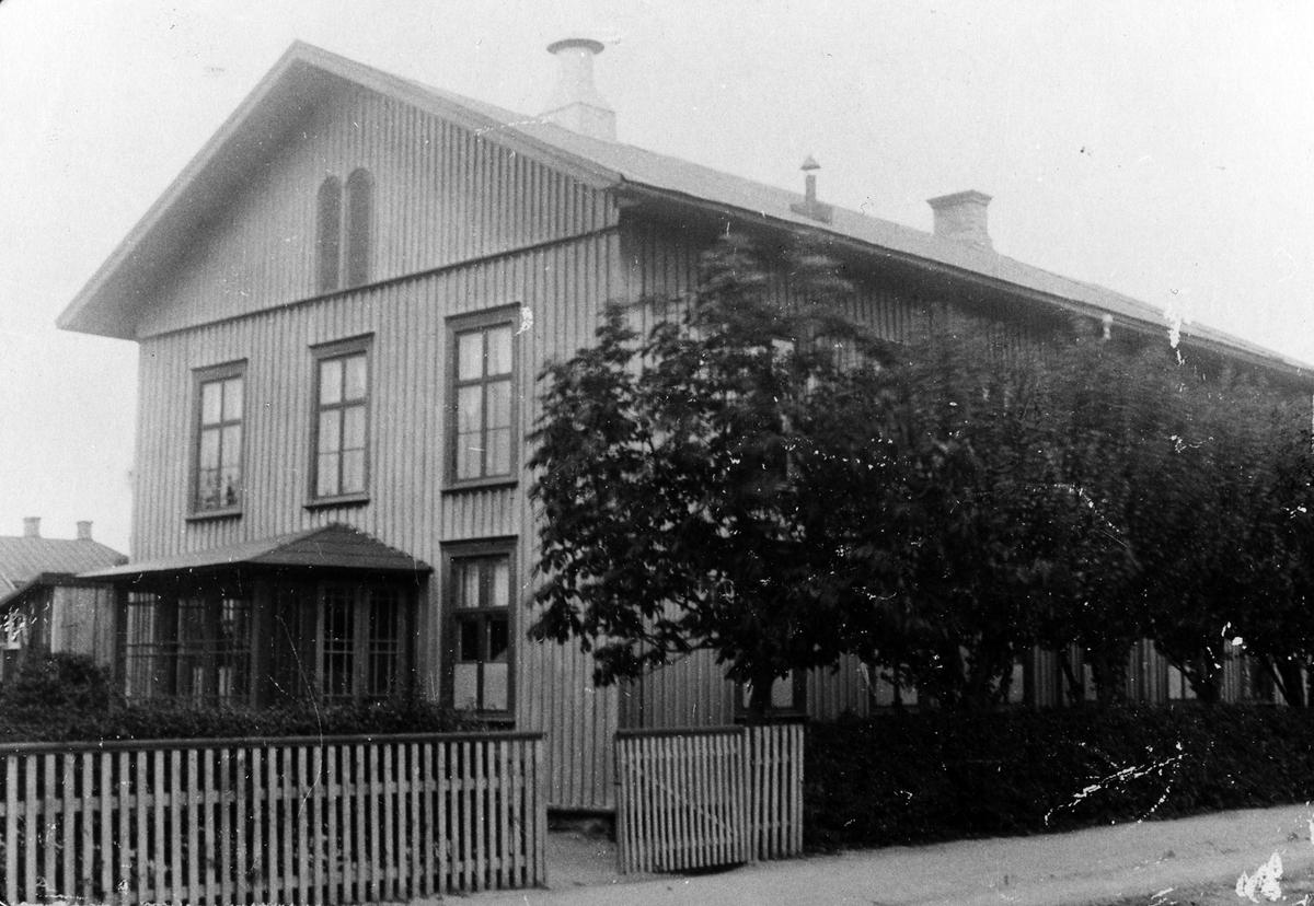 Missionsförsamlingens byggnad i kvarteret Tjuren vid Kungsgatan. Alingsås Missionshus. När byggnaden är klar 1938 användes namnet Missionskyrkan. Trähus i två våningar.