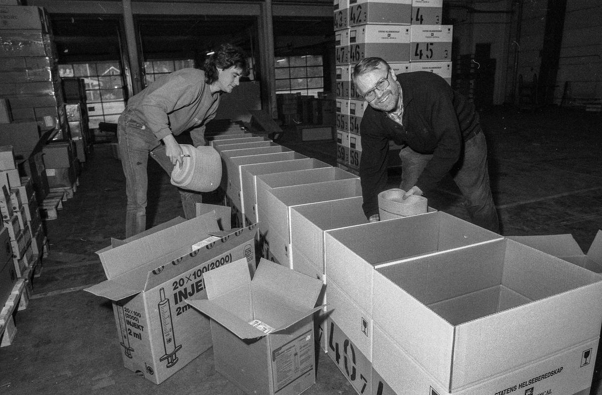 Thorsen Medical leverer medisinsk utstyr til Jugoslavia. Trond Bergsjø (foran) og Sverre Kvalnes pakker pappbeger til oppkast.
